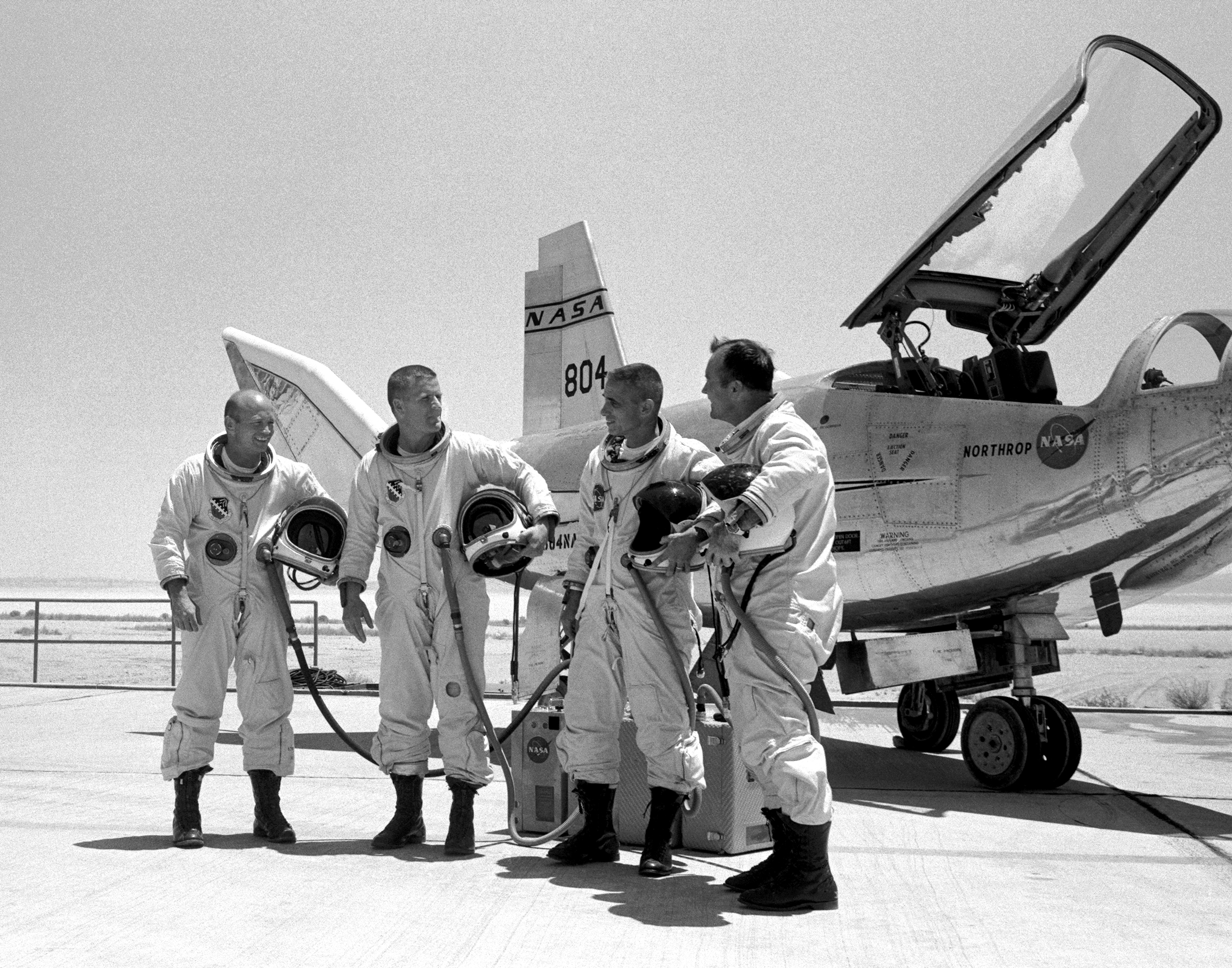 HL-10_On_Rogers_Dry_Lake_Bed_With_Pilots_-_GPN-2000-000101