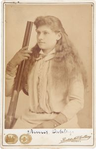 Annie_Oakley_by_Baker's_Art_Gallery_c1880s2