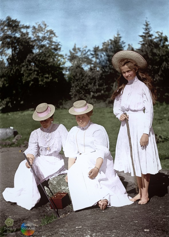 empress-alexandra-feodorovna-and-lady-in-waiting-anna-vyrubova-and-grand2